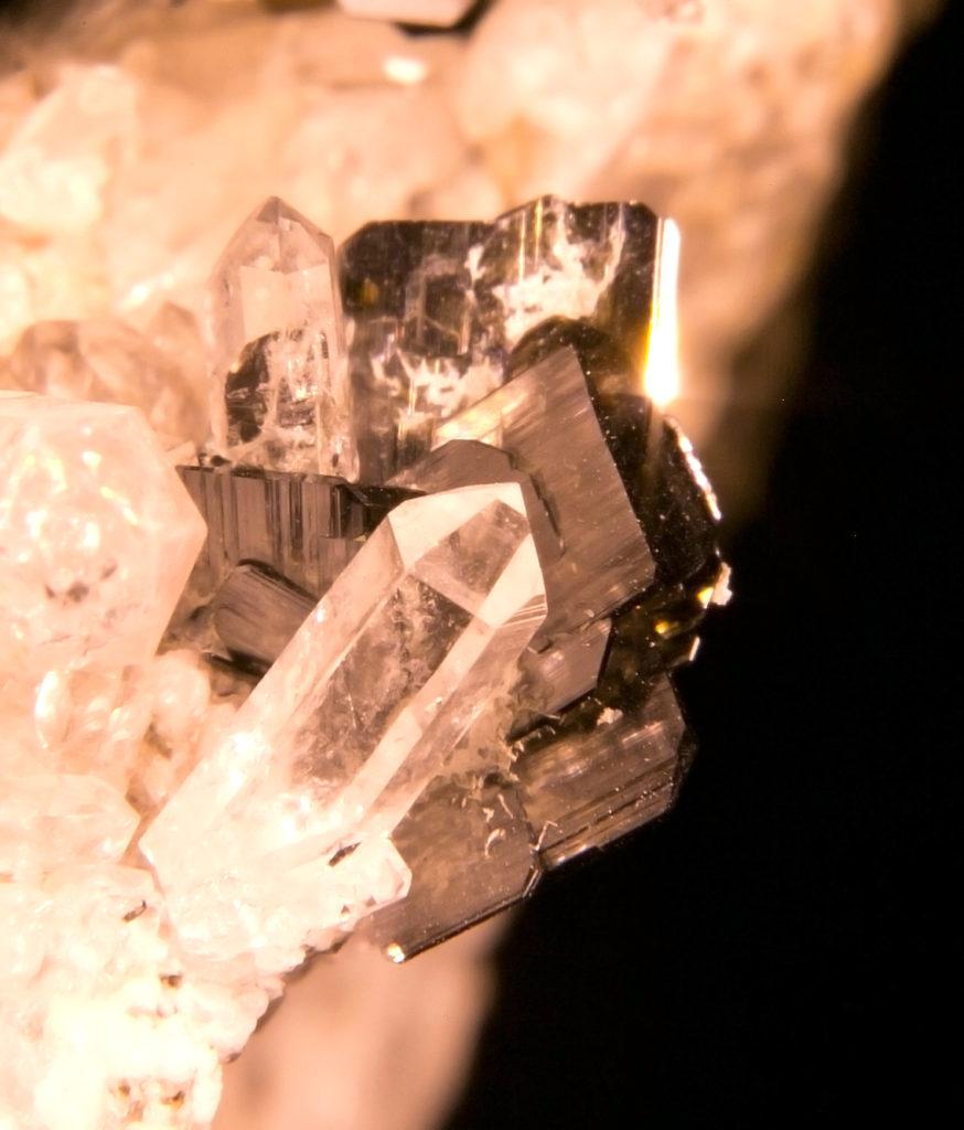 photo macro photographique minéraux Brookite, retouche photoshop, prise de vue photo nature morte